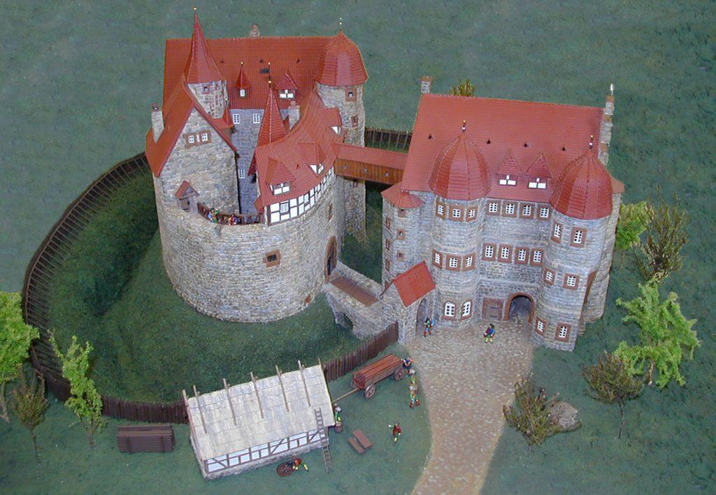 Modell Burgruine Eisenberg von vorn