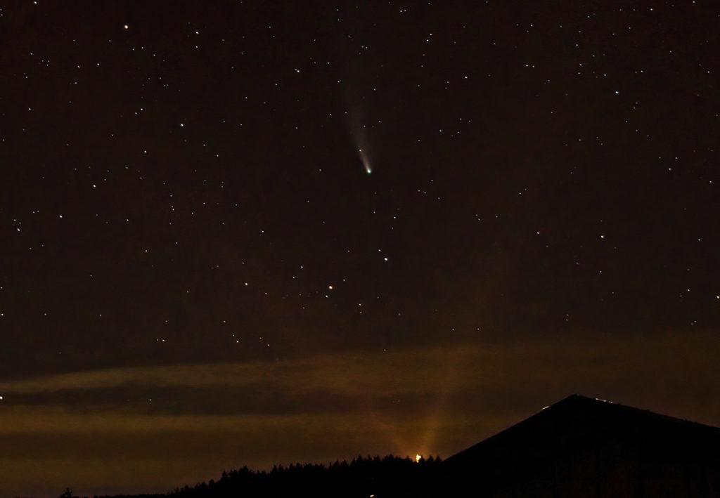 Georg Viktor Turm beleuchtet mit Komet Leowise