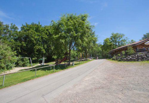 Spielplatz und Parkplatz an der Eisenberghütte bzw. dem DGH